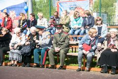 Rusland Moskou, 07 Mei, 18: Kijkers bij het overvolle schoolstadion op het speciale openbare Onsterfelijke regiment ` van de kleu Stock Afbeeldingen