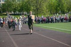 Rusland Moskou, 07 Mei, 18: Speciale kleuterschooloptocht van het Onsterfelijke regiment, de militaire propaganda van de staat vo Stock Afbeelding
