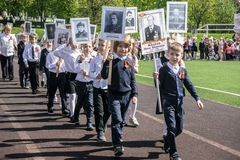 Rusland Moskou, 07 Mei, 18: Speciale schoolkinderenoptocht van het Onsterfelijke regiment, de militaire propaganda van de staat v Stock Afbeeldingen