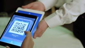 Rusland, Moskou - Mei 2018: Wirelessly betalend een restaurant met bitcoingeld met een smartphoneapparaat voorraad betaling stock footage
