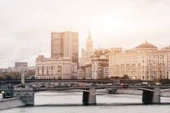 RUSLAND, MOSKOU, 13 OKTOBER, 2017: Cityscape van de stad Licht onduidelijk beeld in agent om motie te tonen Redactie beeld Retro  stock afbeeldingen