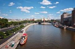 Rusland Moskou-rivier op de achtergrond van het Kremlin 20 Juni 2016 Stock Fotografie