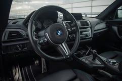 RUSLAND, MOSKOU - SEPTEMBER 24, 2016 De sportwagen van BMW M2 met Prestatiespak, binnenlandse mening Stock Foto