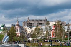 RUSLAND, MOSKOU - SEPTEMBER 16, 2017: Kerk van het Pictogram van de Moeder van God en de mening van het Kremlin van Zaryadye-park Royalty-vrije Stock Foto