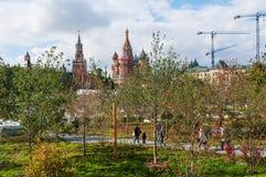 RUSLAND, MOSKOU - SEPTEMBER 16, 2017: Schitterende mening over het Kremlin van nieuw en modern Zaryadye-park in Moskou Royalty-vrije Stock Afbeelding