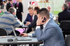 03142019 Rusland, Moskou Tentoonstellings Moderne Bakkerij Moskou, Expocentre de mensen onderhandelen royalty-vrije stock foto