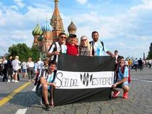 Rusland, Moskou, Voetbalwereldbeker 2018, voetbalventilators, toeristen, plaatselijke bewoners, St Basilicum` s Kathedraal royalty-vrije stock afbeelding