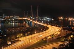 Rusland Nacht Vladivostok, Gouden brug Stock Afbeelding
