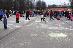 Rusland, Novgorod: kinderen` s tekeningen op het asfalt royalty-vrije stock fotografie