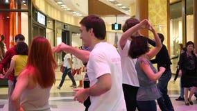 Rusland, Novosibirsk 8 Augustus 2015 Mensen die handen houden en in markt in slowmotion dansen 1920x1080 stock video