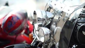 Rusland, Novosibirsk 2016: De koplampen, snelheid schakelt een motorfiets in stock video