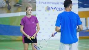 Rusland, Novosibirsk, 29 December, 2018 De atleten leiden in binnenbadmintonhoven op stock footage