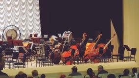 Rusland, Novosibirsk, 12 kan 2017 De toeschouwers gaan zitten voor de prestaties op stadium, het symfonieorkest royalty-vrije stock foto's