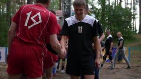 Rusland novosibirsk Kustvolleyballliga 06 10 17 Het lood van volleyballteams elkaar, schok handsl Langzame Motie stock video