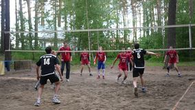 Rusland novosibirsk Kustvolleyballliga 06 10 17 Twee teamsspel in het hout in volleyball Langzame Motie HD stock video