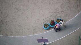 Rusland, Novosibirsk 14 maart 2015 Hoogste mening van kleurrijke nieuwe speelplaats voor jonge geitjes dichtbij flatgebouw stock footage