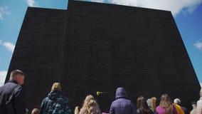 Rusland, Novosibirsk, 9 Mei 2017: Herdenkingsmuur met namen van militair stock videobeelden