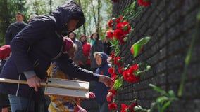 Rusland, Novosibirsk, 9 Mei 2017: Muur van geheugen met bloemen stock footage