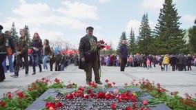 Rusland, Novosibirsk, 9 Mei 2017: Oude veteraan van de oorlog met bloemen stock footage