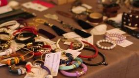 Rusland, Novosibirsk, 25 Oktober, 2016 Schoonheidsmarkt in Rusland Het kiezen van juwelen voor vrouwen stock video