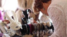 Rusland, Novosibirsk, 25 Oktober, 2016 Schoonheidsmarkt in Rusland Het kiezen van juwelen voor vrouwen stock videobeelden