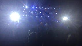 13 11 16 Rusland, Novosibirsk, overlegband bi-2, mensen luisteren aan muziek in een concertzaal die en zich aan bevinden slingere stock video
