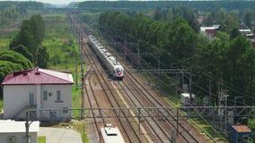 Rusland - Oktober, 2018 Hoogste mening van naderbij komende passagierstrein aan station in kleine stad stock videobeelden