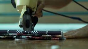 26 Rusland-oktober: textielarbeiders bij een kleine fabriek in Krasnodar op 26 Oktober, 2017 De textiel industrie Handstof die ma stock video