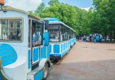 Rusland, Pavlovsk Park, 22 Juli, 2017 bezoekers aan het Park berijdt a Royalty-vrije Stock Afbeelding