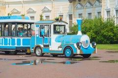 Rusland, Pavlovsk Park, 22 Juli, de elektrische locomotief van 2017 met wa Royalty-vrije Stock Afbeelding