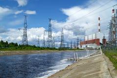 RUSLAND, PERMANENT - 12 JUNI, 2015: afvoerkanaal en machtseenheid op thermische krachtcentrale in Dobryanka, Permanent Krai stock fotografie