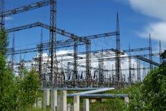 RUSLAND, PERMANENT - 12 JUNI, 2015: afvoerkanaal en machtseenheid op thermische krachtcentrale in Dobryanka, Permanent Krai stock afbeelding