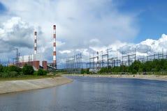 RUSLAND, PERMANENT - 12 JUNI, 2015: afvoerkanaal en machtseenheid op thermische krachtcentrale in Dobryanka, Permanent Krai royalty-vrije stock afbeeldingen