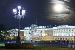 Rusland petersburg Monument aan tsaar Peter 1, Bronsruiter inschrijving de Russische brieven op een steen - aan Peter I Ekaterina royalty-vrije stock foto's