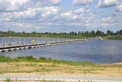 Rusland. Ponton-brug op rivier Oka. Stock Afbeeldingen