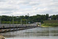Rusland. Ponton-brug op rivier Oka. Stock Foto's