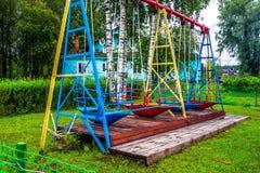 Rusland, Republiek Karelië, Augustus 2016: Oude Sovjetschommeling in de voorsteden Stock Afbeelding