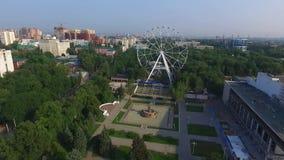 Rusland Rostov-op-trek aan Theatervierkant, het Theater van Gorky, en Park van Oktoberrevolutie stock footage
