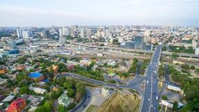 Rusland Rostov-op-trek aan Weergeven van het stadscentrum en de wegstaking stock afbeelding