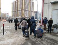 Rusland, Ryazan, 19 Februari, 2017: de mensen met koffers gaan op het platform van de trein bij de post stock afbeelding