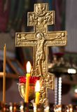 Rusland, Ryazan 1 Februari 2019 - kaarsen op de achtergrond van een verguld kruis in het Orthodoxe Kerk natuurlijke licht stock foto's