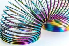 Rusland, Severodvinsk, Regenboog gekleurd draad spiraalvormig stuk speelgoed op witte achtergrond Selectieve nadruk royalty-vrije stock afbeeldingen