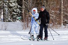Rusland, Sheregesh 2018 11 De de 17 Twee skiërsman en vrouw beweren binnen stock foto's