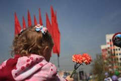 Rusland, Siberië, Novokuznetsk - kan 9, 2013: het meisje bij de overwinningsparade Royalty-vrije Stock Foto's