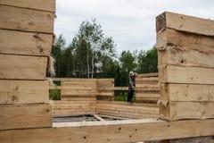 Rusland, Siberiya - 1 09 2013: De arbeiders bouwen een huis royalty-vrije stock afbeelding