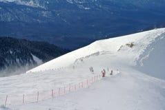 Rusland, Sotchi - de Mensen rusten in de ski van Rosa Khutor van de skitoevlucht in winderig weer Stock Afbeeldingen