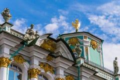 Rusland, St. Petersburg, Augustus, 2016: Fragment van het bovenste gedeelte van het de Winterpaleis Stock Foto