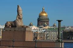 Rusland, St. Petersburg, mening van de granietsfinx en St Isaac ` s Kathedraal royalty-vrije stock foto's