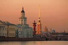Rusland, St. Petersburg, mening van de pijl van Vasilyevsky Island royalty-vrije stock fotografie