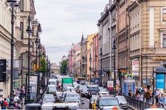 Rusland, St. Petersburg, Petersburg, Augustus 2016: Cluster van auto's op de straat Opstand in het centrum van de stad Stock Afbeeldingen
